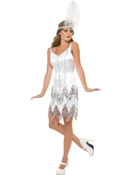 c080f8d14363 Tento krásný bílý kostým z 20. let minulého století se hodí pro dámy s  bujnějším poprsím! Součástí kostýmu jsou bílé šaty a bílá čelenka.